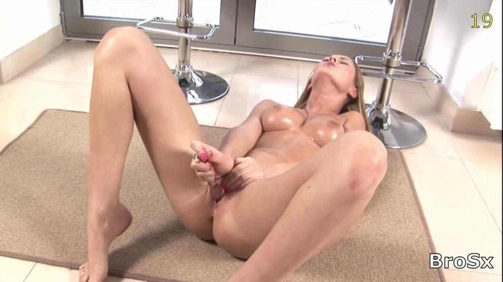 girl playin with her clit